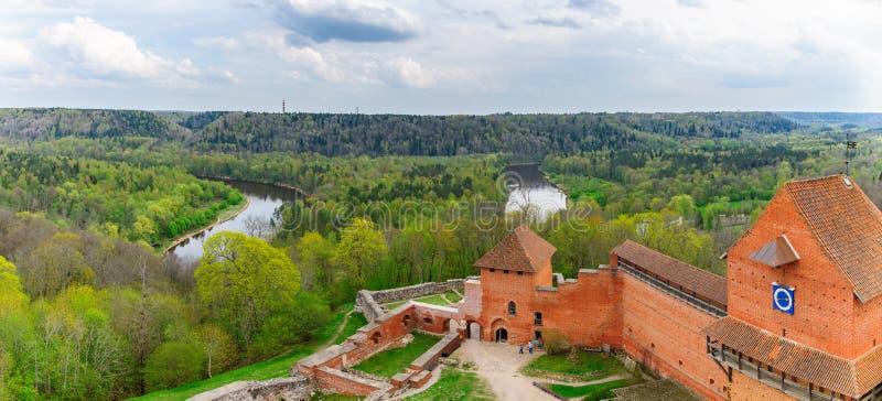 Castillo y Gauja River Valley de Turaida en Sigulda, Letonia fotografía de archivo