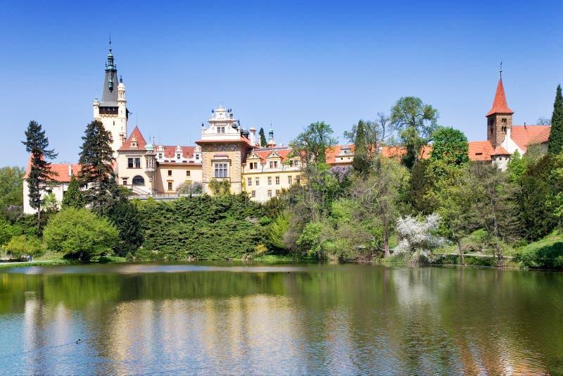 Castillo y jardines Pruhonice cerca de Praga, Bohemia central, checa imagen de archivo libre de regalías