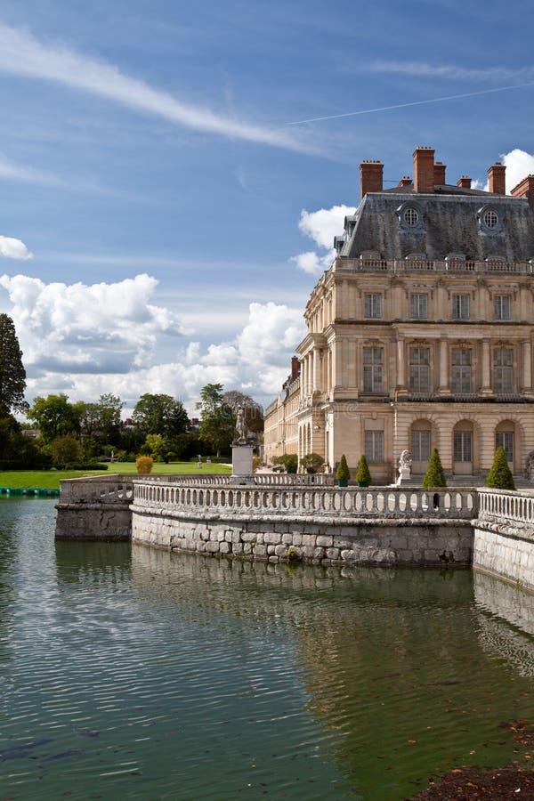 Castillo y lago reales medievales cerca de París fotografía de archivo
