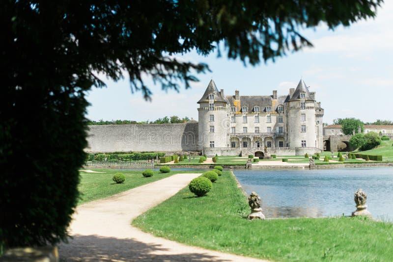 Castillo y lago viejos imponentes foto de archivo
