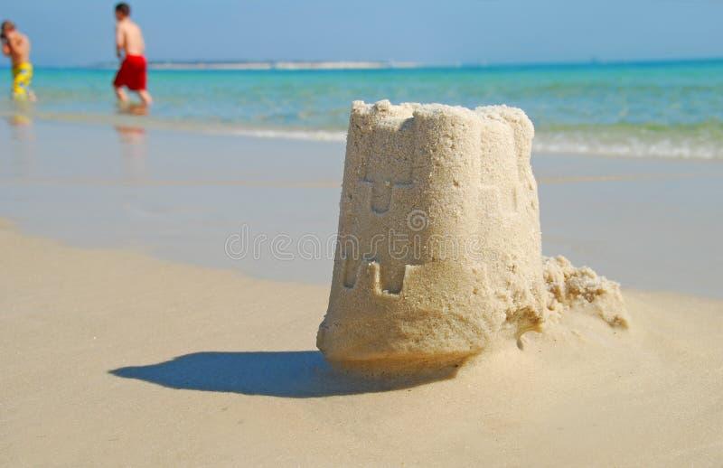Castillo y niños de la arena imagen de archivo libre de regalías