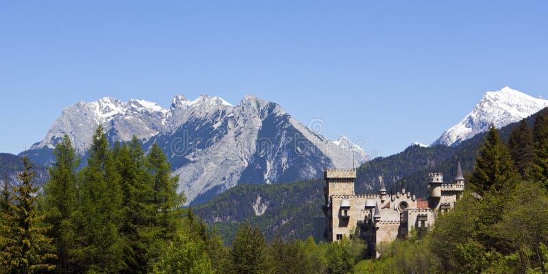 Castillo y panorama alpestre imagen de archivo libre de regalías