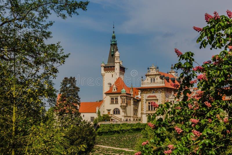 Castillo y parque de Pruhonice durante primavera fotografía de archivo