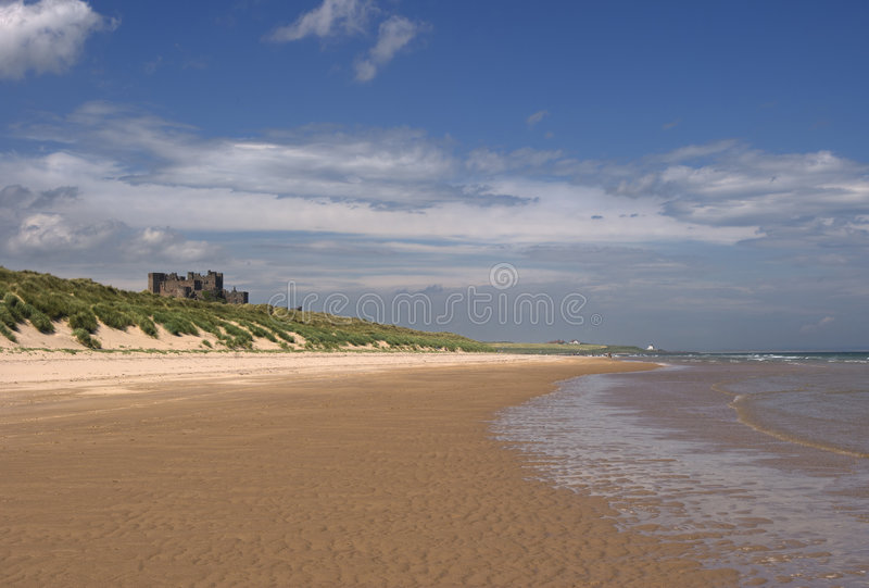 Castillo y playa de Bamburgh fotos de archivo libres de regalías