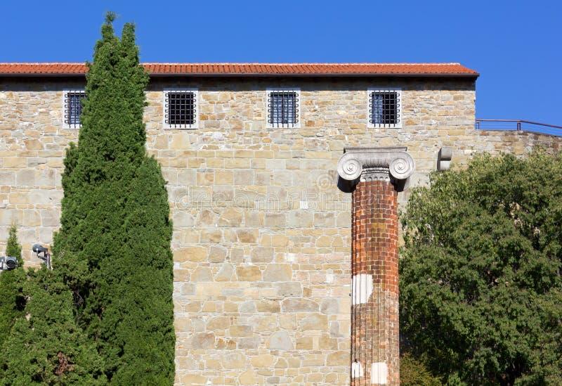 Castillo y Roman Forum en la colina de San Giusto en Trieste fotos de archivo