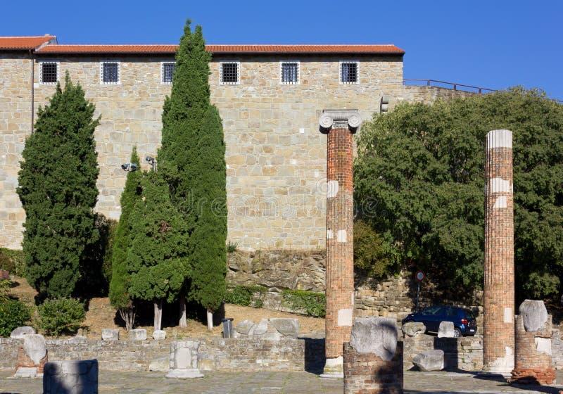 Castillo y Roman Forum en la colina de San Giusto en Trieste fotografía de archivo libre de regalías