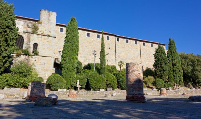 Castillo y Roman Forum en la colina de San Giusto en Trieste imagen de archivo libre de regalías