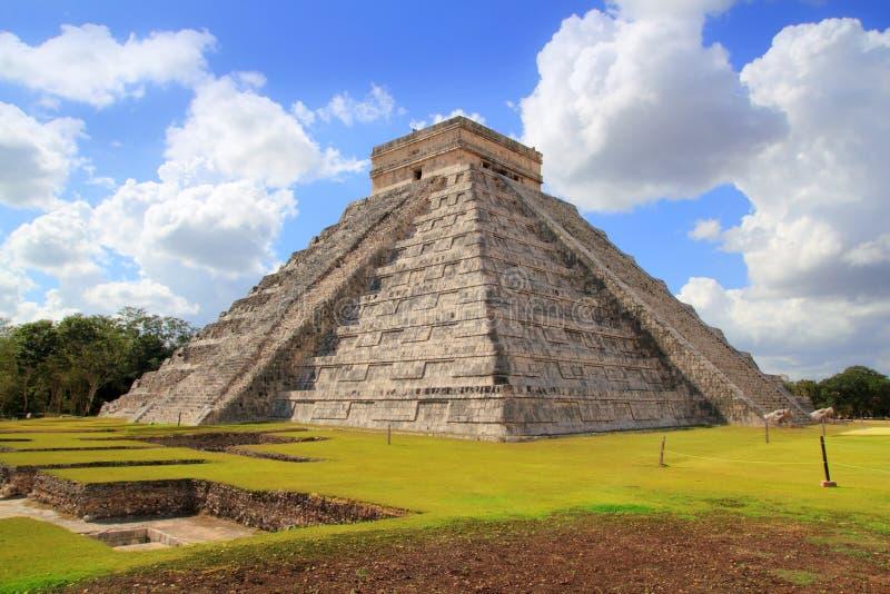 castilloen chichen den kukulcan mayan pyramiden för el-itzaen royaltyfri bild