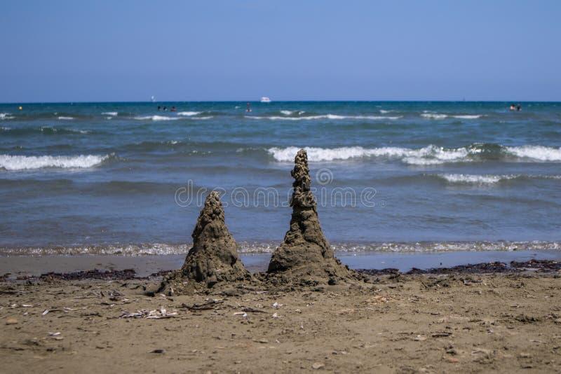 Castillos de la arena en la playa fotos de archivo