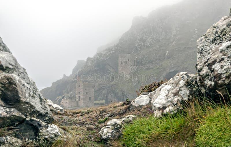 Castillos en la niebla imagenes de archivo