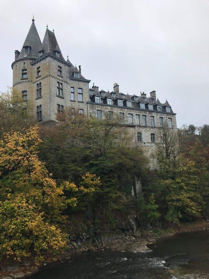 Castle δίπλα στο νερό σε Durbuy στοκ φωτογραφία