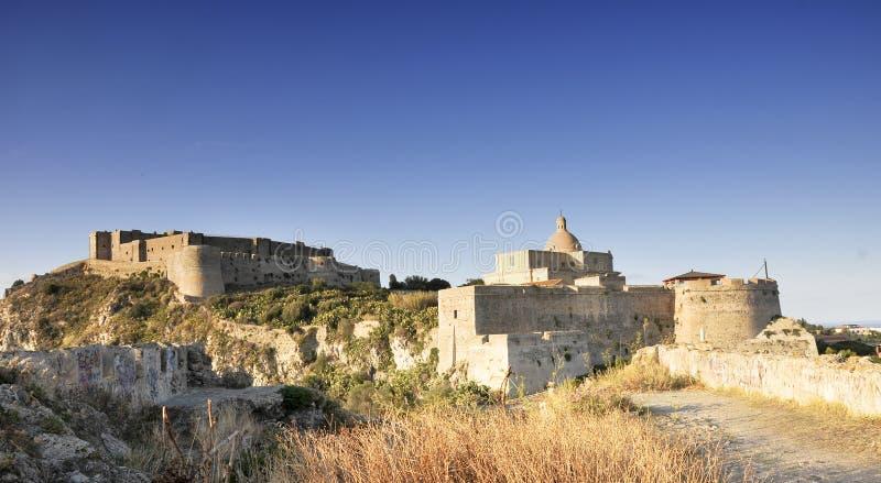 Castle και βασική εκκλησία στοκ εικόνες