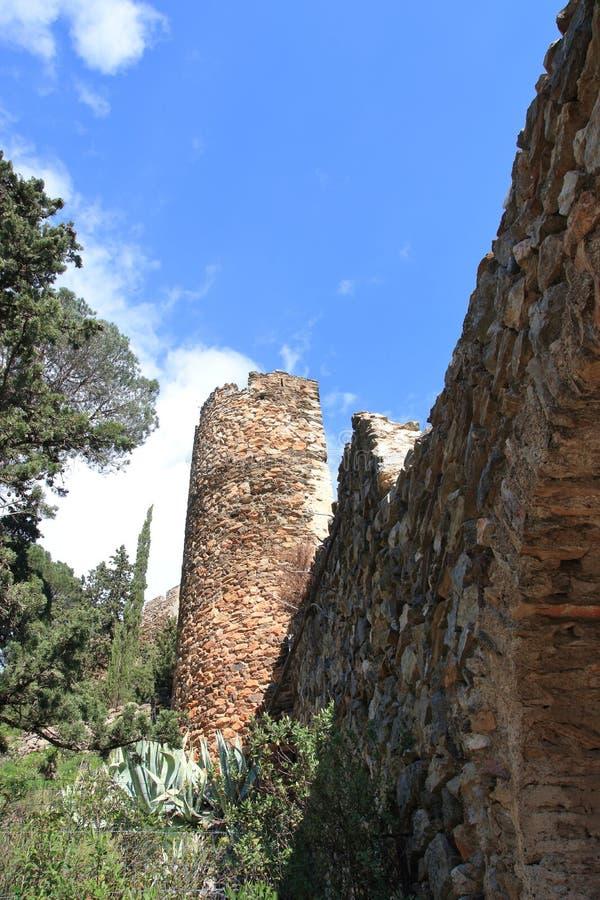 Castle και πύργος Castelnou στα Πυρηναία orientales στοκ εικόνα με δικαίωμα ελεύθερης χρήσης