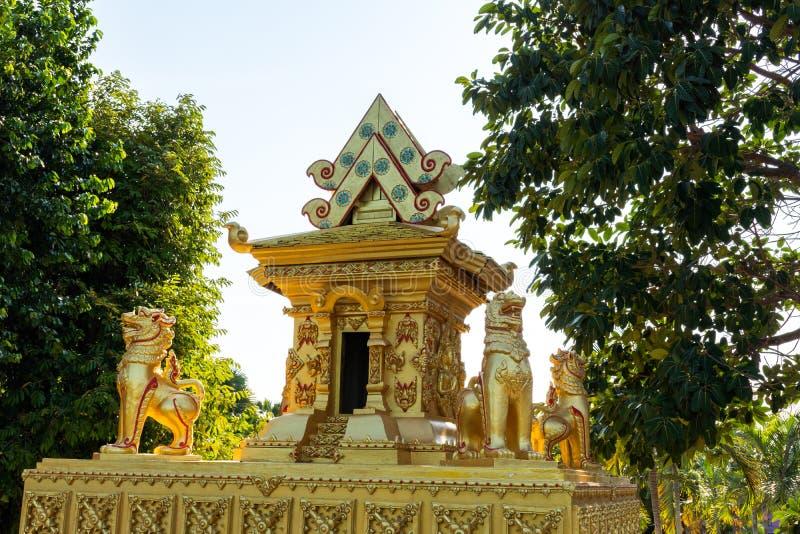 Castle με ένα άγαλμα λιονταριών που περιβάλλεται στοκ φωτογραφίες με δικαίωμα ελεύθερης χρήσης