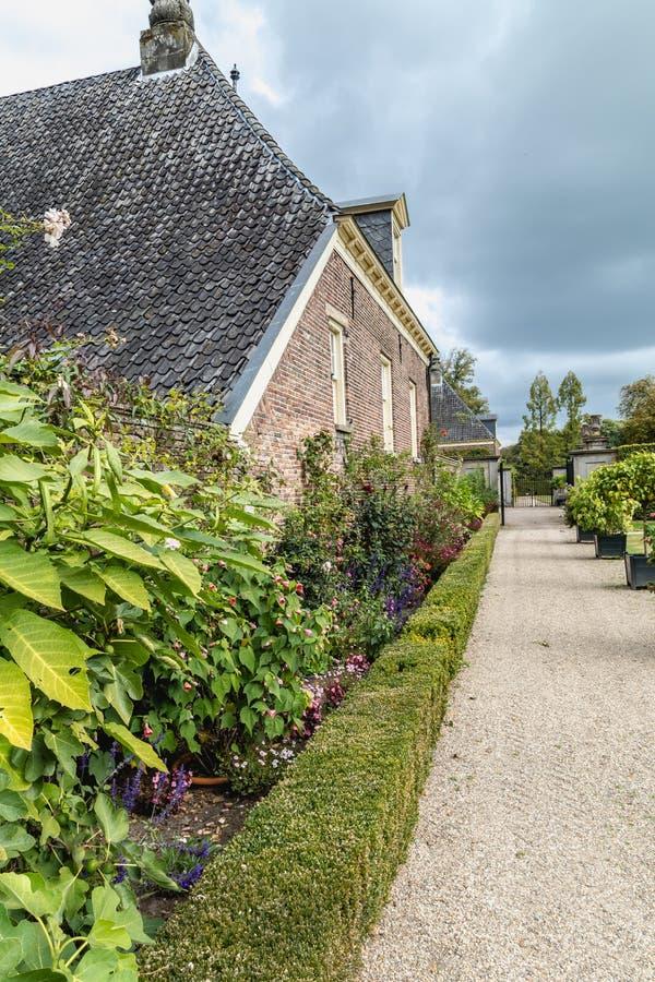 Castle με τον επίσημο γαλλικό κήπο στοκ εικόνα