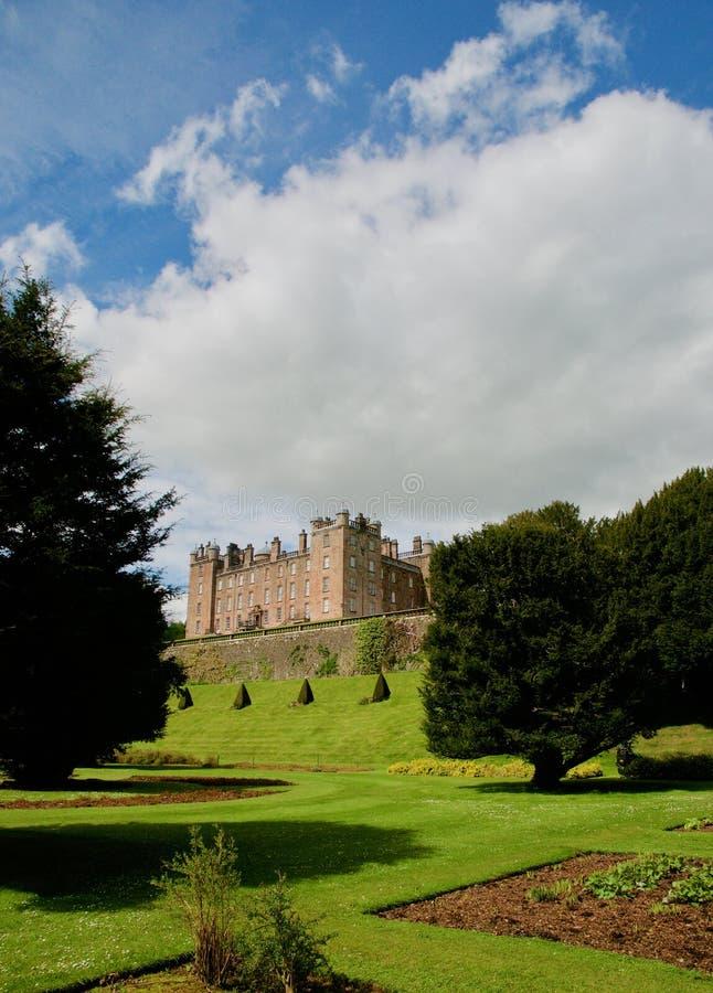 Castle στους κήπους στοκ φωτογραφίες με δικαίωμα ελεύθερης χρήσης