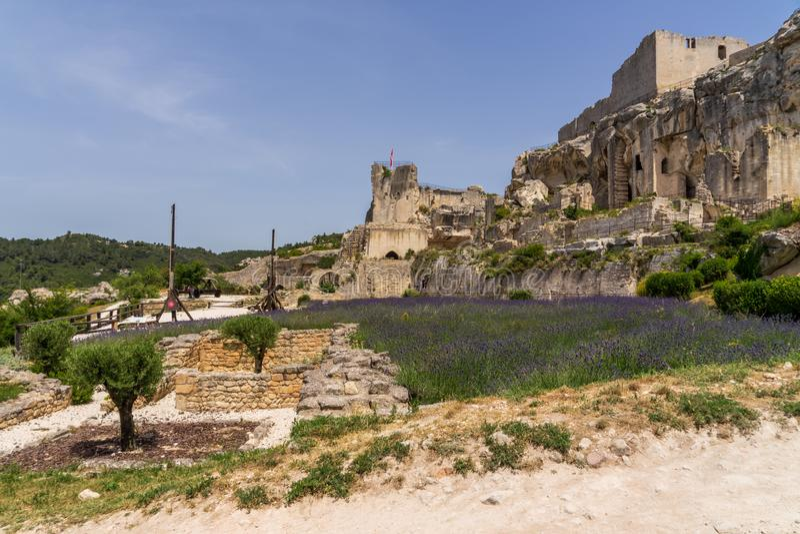 Castle lavender στους τομείς στην baux-de-Προβηγκία στη Γαλλία στοκ εικόνα με δικαίωμα ελεύθερης χρήσης