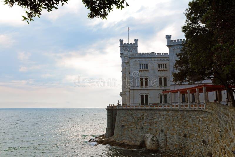 Castle på stranden nära Trieste arkivbild