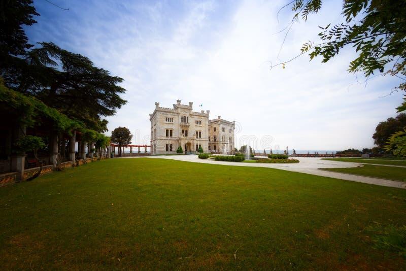 Castle på stranden nära Trieste fotografering för bildbyråer