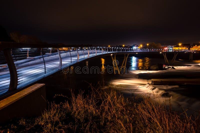 Castleford milleniumbro på natten, Castleford som är västra - yorkshire royaltyfri fotografi