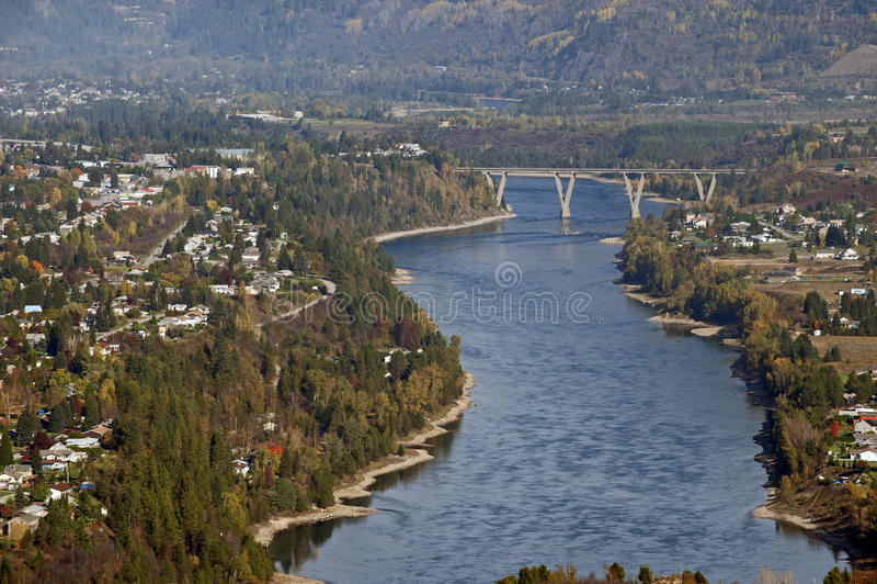 Castlegar und Kootenay Fluss stockfotografie