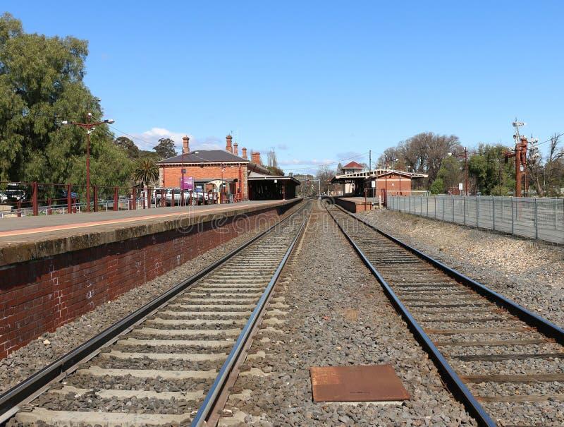 Castlemaine火车站的一个向南的看法,打开1862年10月21日 它有三个驻地和信号房 库存图片