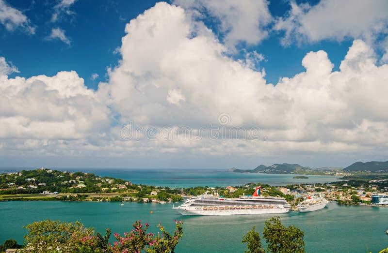 Castries stLucia - November 26, 2015: Lyxigt lopp på fartyget, vattentransport Kryssningskepp i hamn på molnig himmel arkivbilder