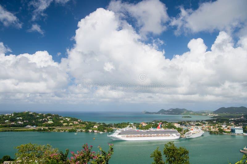 Castries stLucia - November 26, 2015: Lyxigt lopp på fartyget, vattentransport Kryssningskepp i hamn på molnig himmel Stad på blå royaltyfria foton