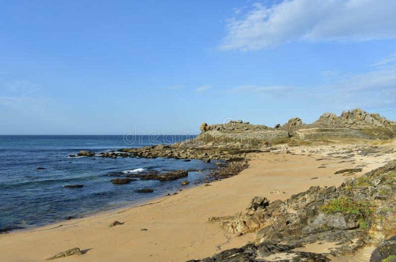 Castro de Barona, Galicia, España Ruinas prehistóricas y playa del acuerdo con las rocas Mar azul, día soleado imagenes de archivo