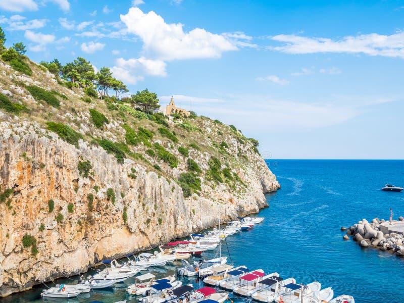 Castro townscape w Apulia wybrzeżu Salento, przegapia Adriatyckiego morze, Włochy obraz stock
