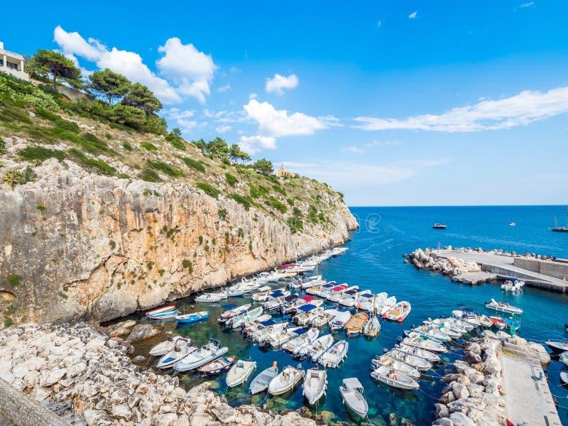 Castro townscape w Apulia wybrzeżu Salento, przegapia Adriatyckiego morze, Włochy zdjęcie stock