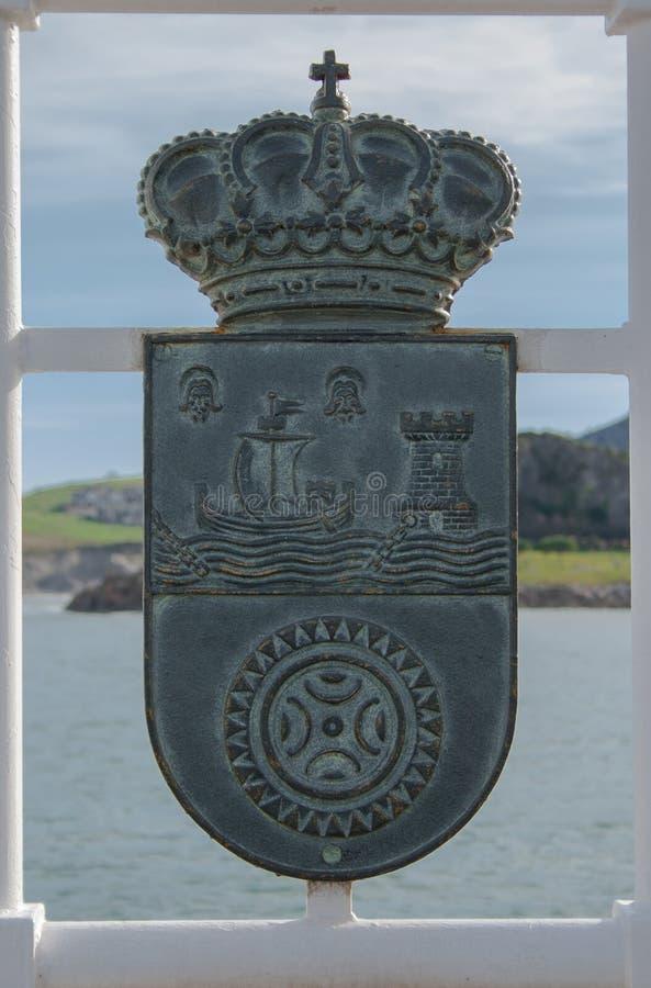 Castro Urdiales, Cantábria, Espanha; 06-15-2019 Brasão de Cantábria na frente marítima de Castro Urdiales Escudo de Cantábria e imagens de stock royalty free