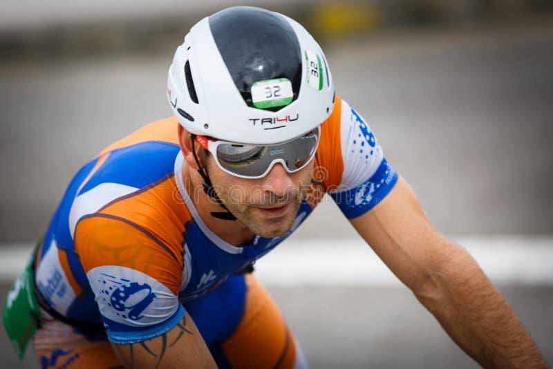 CASTRO-URDIALES, ESPAGNE - 17 SEPTEMBRE : Le triathlete non identifié en concurrence de recyclage a célébré dans le triathlon de  images libres de droits