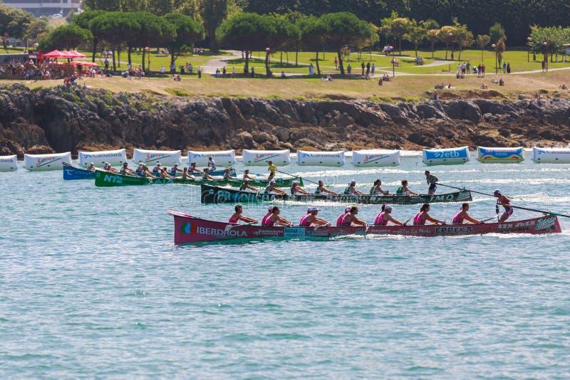 CASTRO URDIALES, ESPANHA - 21 DE AGOSTO: Começo da competição, com os barcos de San Juan, de Kaiku, de Hondarribia e de Urdaibai  imagens de stock