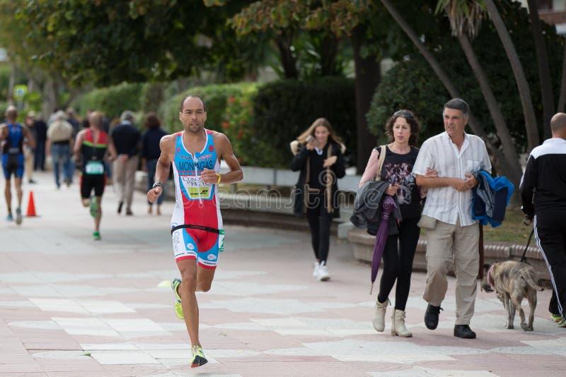 CASTRO URDIALES, ESPANHA - 17 DE SETEMBRO: O triathlete não identificado na competição running comemorou no triathlon de Castro U fotos de stock royalty free