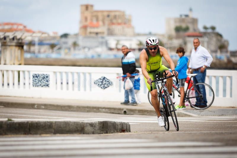 CASTRO URDIALES, SPAIN - SEPTEMBER 17: Unidentified triathlete in the cycling competition celebrated in the triathlon of Castro Ur. Diales in September 17, 2016 royalty free stock images