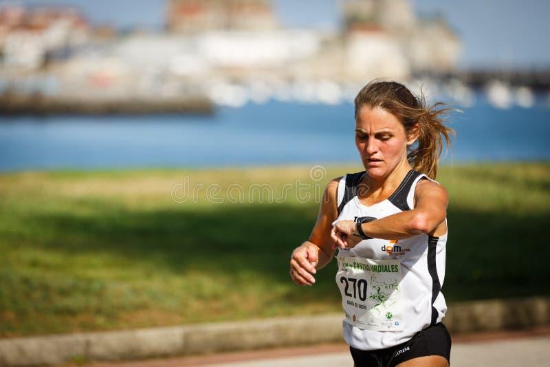 CASTRO URDIALES, SPANJE - SEPTEMBER 18: De niet geïdentificeerde atleet in de binnen 10km rasconcurrentie vierde in Castro Urdial royalty-vrije stock foto