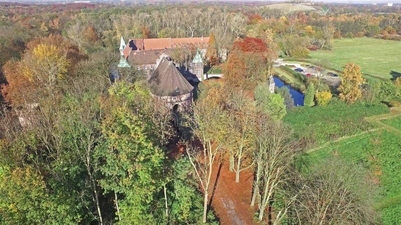 CASTROP-RAUXEL, ГЕРМАНИЯ - 3-ЬЕ НОЯБРЯ 2015: Вид с воздуха замка Bladenhorst в осени видеоматериал