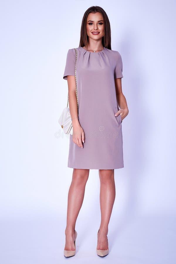 Casu alla moda del vestito dall'abbigliamento di tendenza di progettazione di usura del modello della donna di bellezza immagine stock libera da diritti