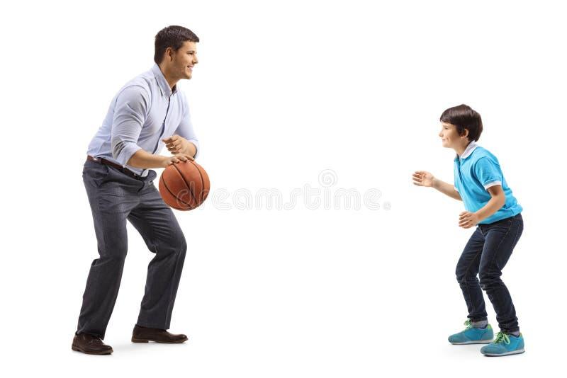 Casual man och ett barn som spelar basket royaltyfri bild