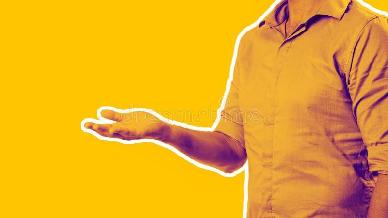 Casualy klädde affärsmannen som ut rymmer handen som, om visa något fotografering för bildbyråer