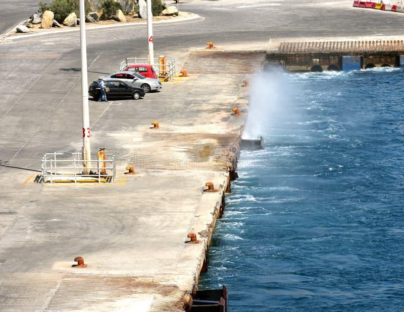 casuing在码头区的波浪浪花 免版税库存照片