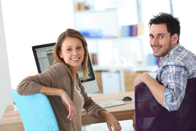 Casula glimlachende bedrijfsmensen op kantoor stock fotografie