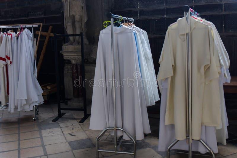 Casulas do padre em uma igreja Católica imagens de stock royalty free