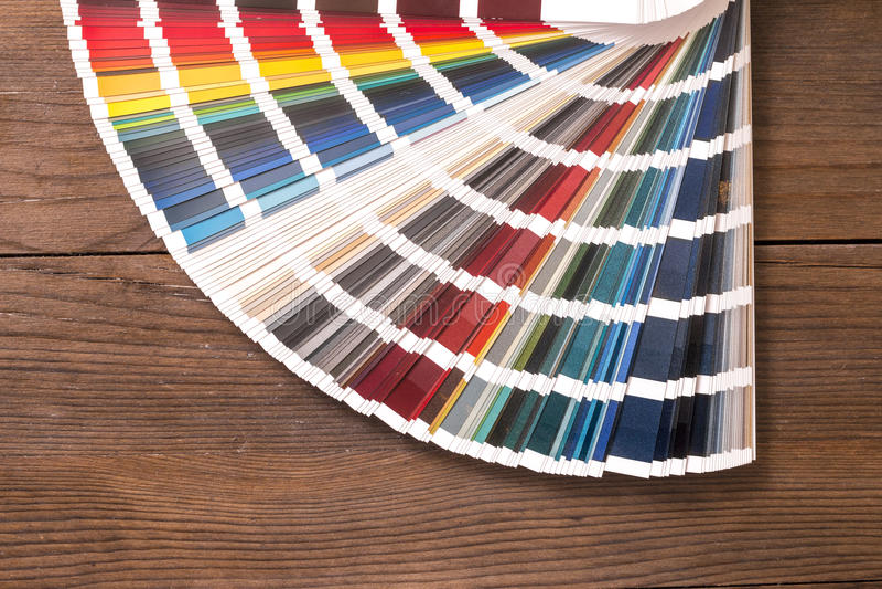 Catálogo da cor na mesa de madeira fotografia de stock royalty free