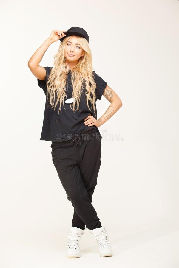 Catálogo da imagem isolada, mulher que veste a roupa preta na moda isolada no branco Menina à moda no olhar fresco fotografia de stock
