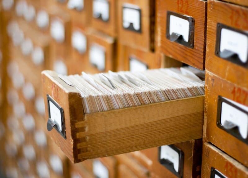 Catálogo de cartão de madeira velho imagens de stock