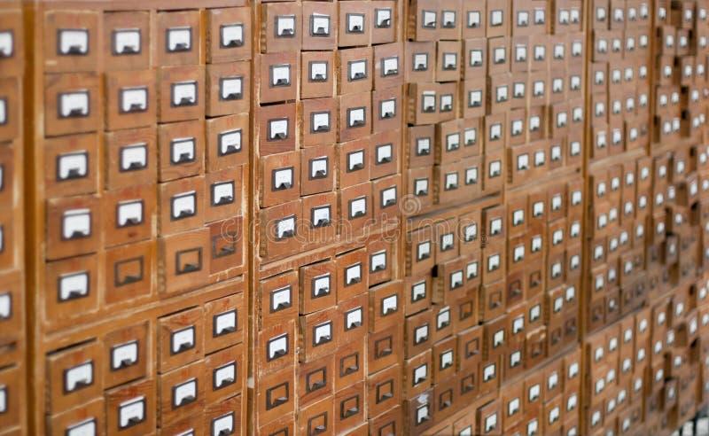 Catálogo de cartão de madeira velho fotos de stock royalty free