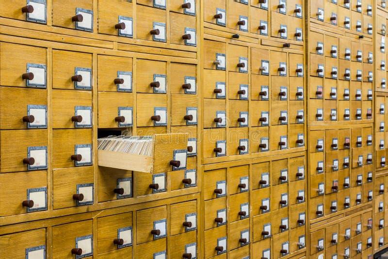 Catálogo de cartão de madeira velho na biblioteca imagem de stock royalty free
