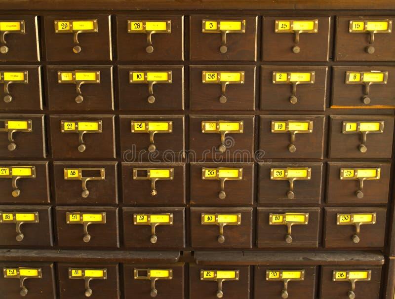 Catálogo de cartão de madeira velho na biblioteca tailandesa fotos de stock